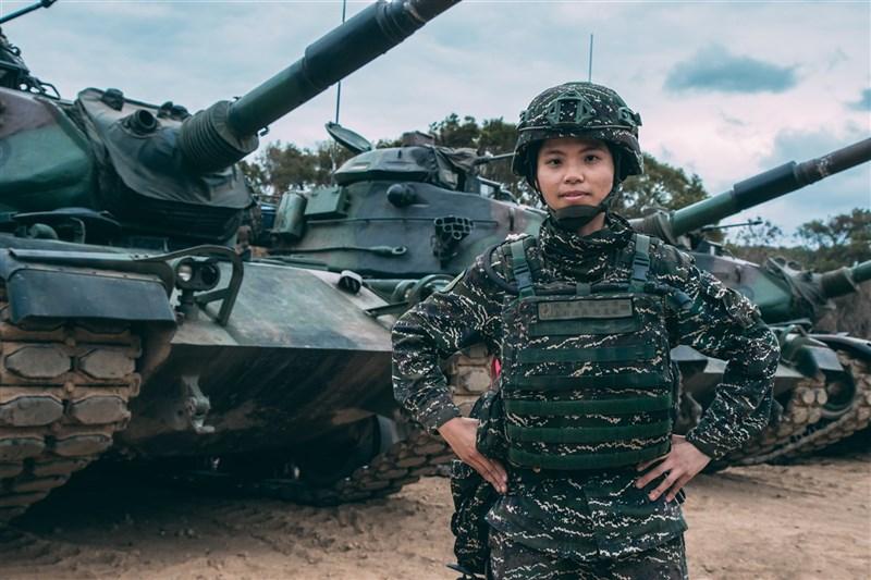 擔任民國110年首場三軍聯戰操演測考的戰車射擊指揮官陳柔安上尉,不只是陸戰99旅戰車營的連長,更是陸戰隊首名戰車部隊女主官。(軍聞社提供)中央社記者游凱翔傳真 110年5月10日