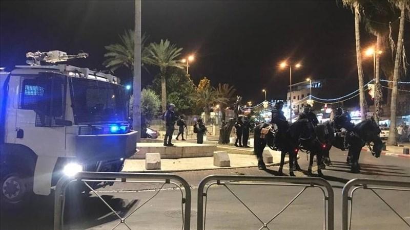 被以色列兼併的東耶路撒冷9日緊張情勢高漲,因當地數百名巴勒斯坦抗議者本週末與以色列維安部隊發生衝突而掛彩。圖為以色列部隊駐守在阿克薩清真寺外。(安納杜魯新聞社)
