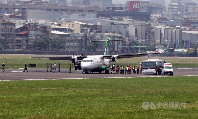 立榮航空B79091航班原訂10日從松山機場飛馬祖南竿,但發生輪胎爆胎事件,導致返航並迫降松機,旅客陸續從飛機跑道撤離。中央社記者鄭傑文攝 110年5月10日