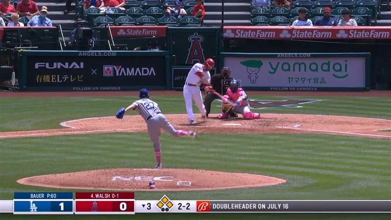 美國職棒大聯盟MLB洛杉磯天使與道奇的「洛城內戰」,天使靠華爾希(打者)3局下適時2分打點二壘安打,終場2比1贏球。(圖取自MLB YouTube頻道網頁youtube.com)