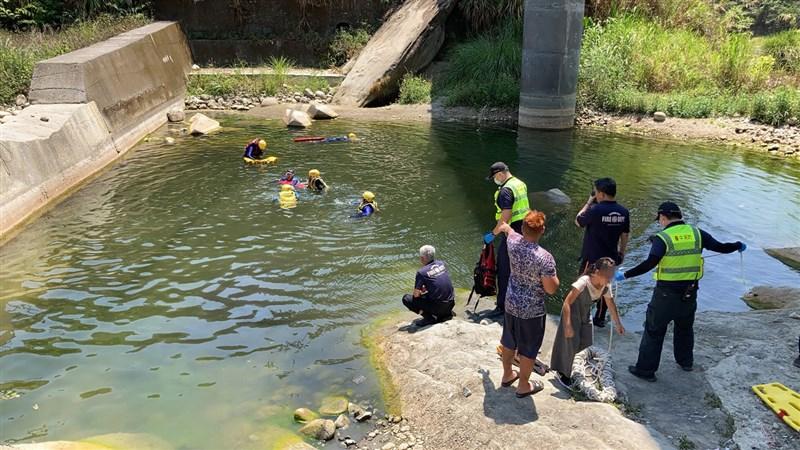 台中市消防局表示,太平區頭汴坑溪9日發生溺水意外,5名大人、2名孩童在溪邊烤肉,其中一名7歲男童與另一名27歲男性均在溪中溺水,現場水域約4公尺深,兩人被尋獲時,皆無生命跡象。(台中市消防局提供)中央社記者蘇木春傳真 110年5月9日