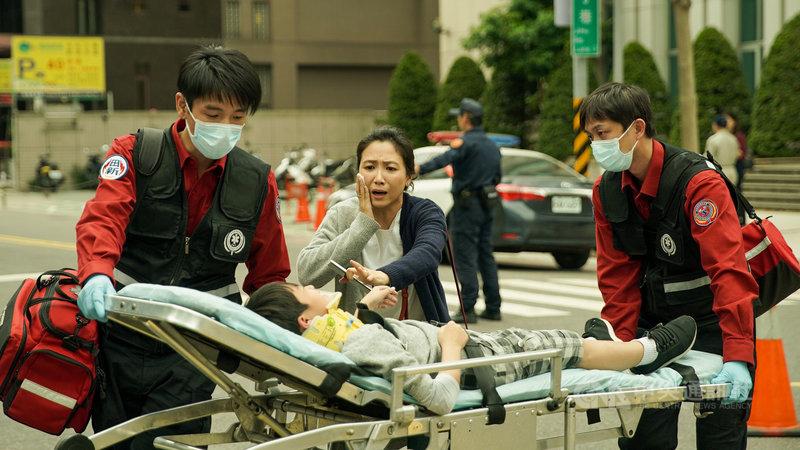 演員徐麗雯(中)在戲劇「火神的眼淚」飾演「疲勞轟炸」的刁民媽媽,要求駕駛救護車時開快車、闖紅燈,因此導致車禍發生。(公共電視、myVideo提供)中央社記者葉冠吟傳真 110年5月10日