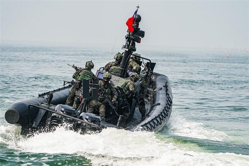海軍司令部10日表示,特種作戰突擊艇的登船工作組招標案,依合約規範已完成首批工具組驗收作業,但確有部分品項未達驗收標準,後續將要求廠商履約或解約。(圖取自facebook.com/ROCNAVY.tw)