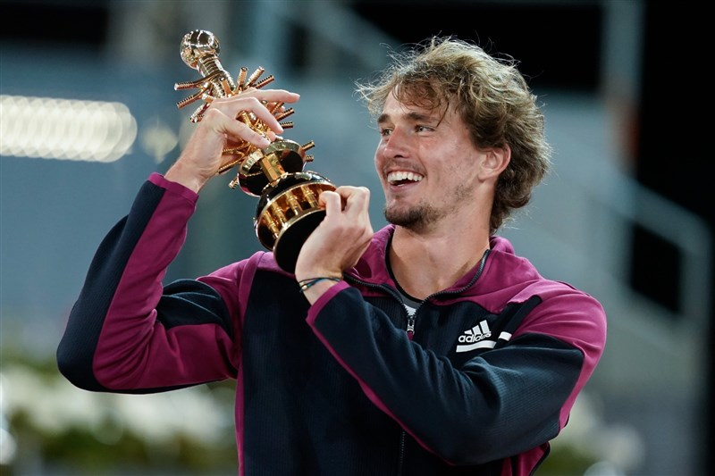 德國網球好手茲韋列夫(圖)9日以6比7(8/10)、6比4、6比3逆轉擊敗義大利選手貝雷蒂尼,贏得生涯第2座馬德里公開賽男單冠軍。(圖取自twitter.com/MutuaMadridOpen)
