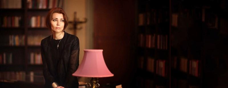土耳其作家艾莉芙・夏法克支持女權、支持多元性別族裔(LGBTQ)人權,而且積極入世、勇於發聲。(圖取自艾莉芙・夏法克官方網頁elifsafak.com.tr)