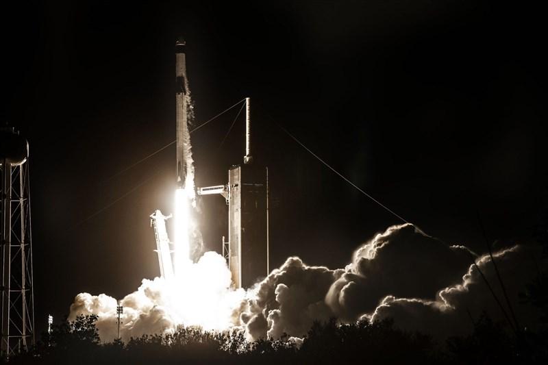 SpaceX明年第一季將啟動「DOGE-1登月任務」,將接受客戶以加密貨幣狗狗幣(Dogecoin)作為支付貨幣。圖為獵鷹9號火箭4月23日發射成功。(圖取自twitter.com/SpaceX)
