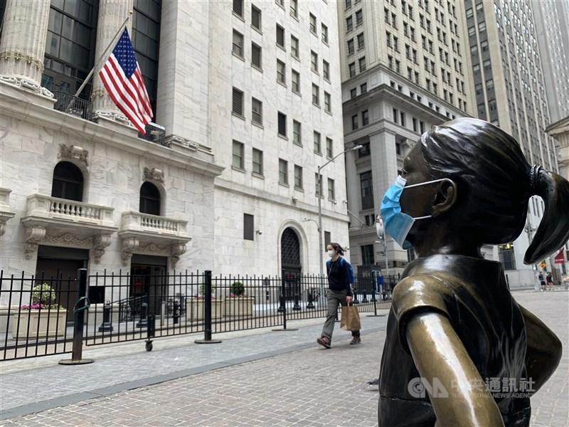美股道瓊工業指數10日開盤後再創歷史新高,上漲236.20點,或0.68%,來到35013.96點。圖為紐約證交所。(中央社檔案照片)