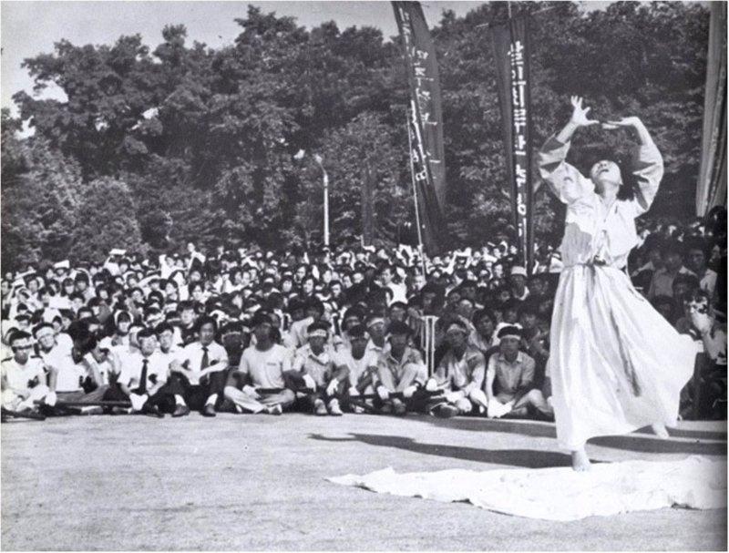 1987年韓國發生「6月民主運動」,舞蹈家李愛珠不管自己身為首爾大學教授,就在廣場上為這兩名韓國民主運動犧牲者獻上「安魂舞」,當時黑白新聞照片至今看來不但震撼,更充滿爆發力。(朱立熙提供)中央社記者趙靜瑜傳真 110年5月11日