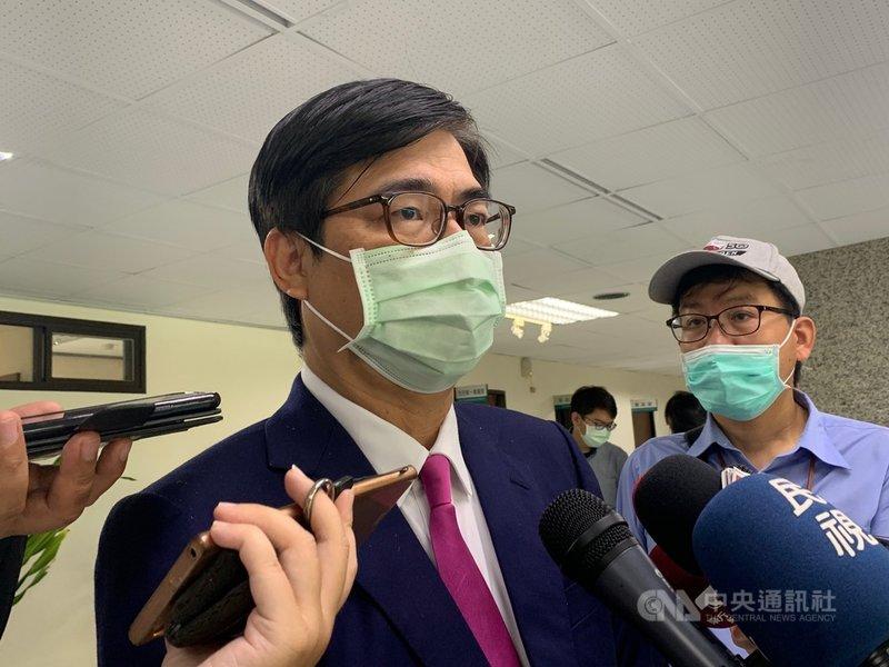 台灣仍未收到世界衛生大會(WHA)的邀請函,高雄市長陳其邁(中)11日指出,世界衛生組織(WHO)受到政治因素影響排擠台灣,對防疫模範生、好學生而言,如此對待台灣非常不公平。中央社記者王淑芬攝  110年5月11日