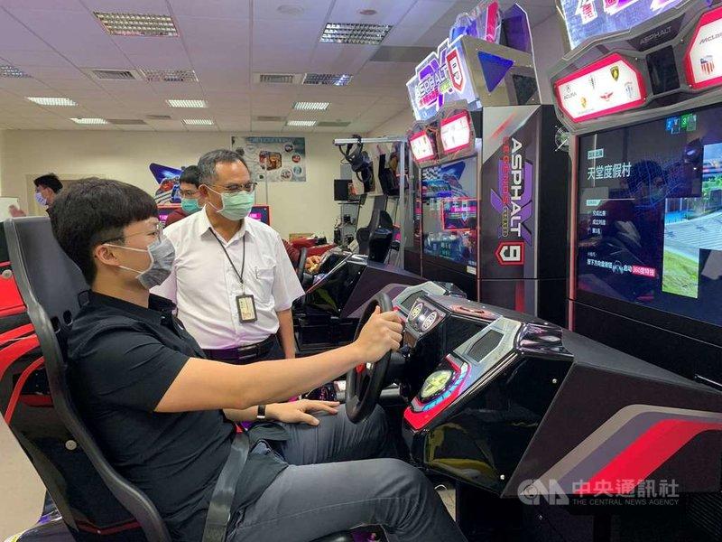 台灣科技大學舉辦別出心裁的職涯活動,徵選學生當總裁實習生,到校友企業鈊象電子近身觀察總經理工作,並體驗最新的遊戲機台。(台科大提供)中央社記者許秩維傳真  110年5月11日