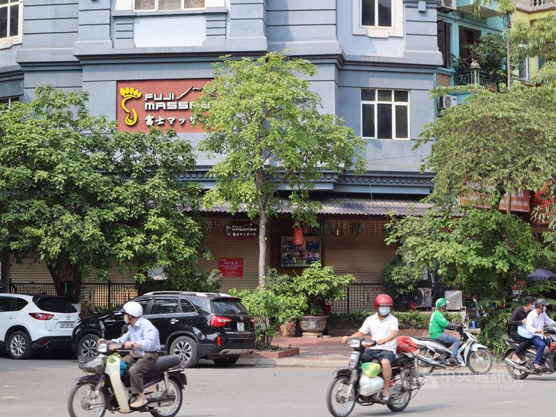越南4月下旬爆發新一波COVID-19本土疫情,河內市按摩店等娛樂場所暫停營業後疫情仍未和緩,5月10日通報逾百例本土病例,寫下紀錄新高。圖為河內市一家按摩店大門緊閉。中央社記者陳家倫河內攝  110年5月11日