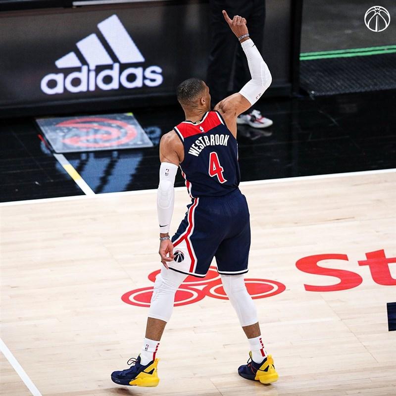 美國職籃NBA華盛頓巫師球星衛斯布魯克(圖)10日在比賽首節送出兩次助攻後,生涯累積8000次助攻,成為NBA史上第4位累計獲得2萬分、8000助攻的球員。(圖取自twitter.com/WashWizards)