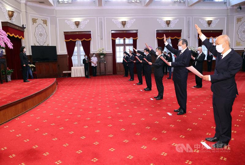 總統蔡英文(左)11日在總統府主持新任行政院政務人員、國家安全局局長及駐外大使宣誓典禮,國安局長陳明通(右2)等人宣誓。中央社記者鄭傑文攝  110年5月11日