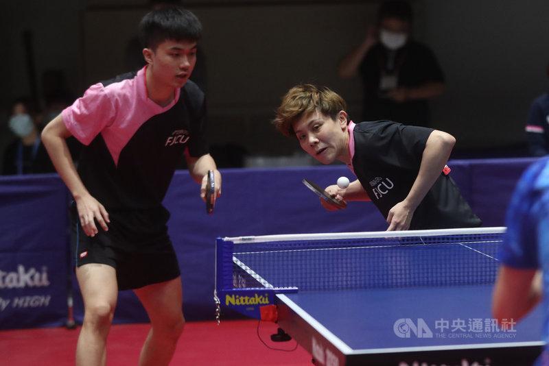 台灣桌球好手鄭怡靜(右)、林昀儒(左)11日在全大運桌球公開組混雙決賽中,以3比1輕取對手。中央社記者吳家昇攝  110年5月11日