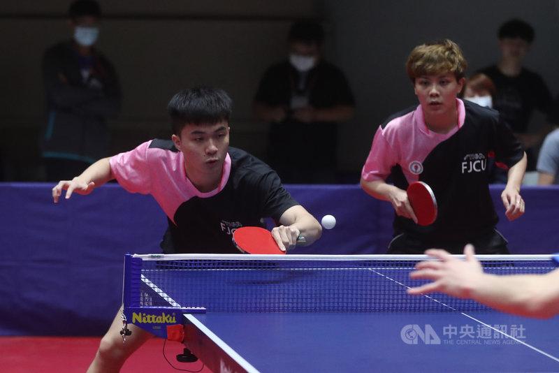 台灣桌球好手鄭怡靜(右)、林昀儒(左)11日在全大運桌球公開組混雙決賽中,以3比1拿下冠軍。中央社記者吳家昇攝 110年5月11日