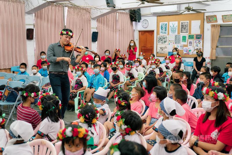 旅美小提琴家陳銳(灰衣者)與NSO國家交響樂團合作青年音樂家茁壯計畫,10、11日前往花東地區國小校園,為孩子們送上古典音樂饗宴,助音樂教育往下扎根。(NSO國家交響樂團提供)中央社記者趙靜瑜傳真  110年5月11日