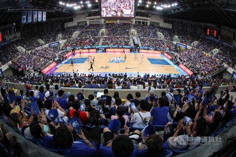 台灣職業籃球聯盟P. LEAGUE+ 11日宣布,總冠軍賽改為閉門開打。圖為P. LEAGUE+ 9日在台北和平籃球館進行總冠軍系列賽第2戰,吸引滿場球迷到場觀戰。中央社記者張新偉攝 110年5月9日