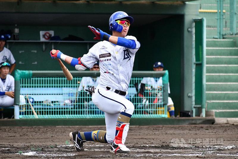 曾打過日本甲子園的台灣棒球好手蔡鉦宇今年確定投入中職選秀,目前仍維持訓練,之後也會加入業餘成棒隊實戰,目前守備位置一壘為主,三壘、二壘也能守,打擊則是他最有自信的部分;他說,希望可以讓國內球隊看見、肯定自己。(蔡鉦宇提供)中央社記者謝靜雯傳真  110年5月11日