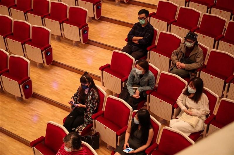 疫情升溫,文化部要求藝文場館嚴格遵守梅花座及實聯制,已售出票券可申請退換票免手續費。圖為2020年國家音樂廳舉辦音樂會,民眾採梅花座入座。(中央社檔案照片)