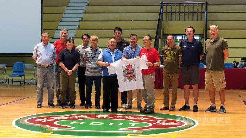 台灣職籃將另有新聯盟,至少4企業有意願加入,超級籃球聯賽(SBL)台灣啤酒總教練周俊三(右5)11日證實,台啤有機會就會參加,未來計畫分成兩隊,一隊留在SBL,另一隊進軍新聯盟。中央社記者黃巧雯攝 110年5月11日