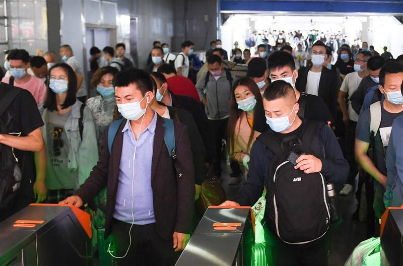中國11日公布全國人口普查結果,中國國家統計局局長寧吉喆表示,高齡化已成為中國的基本國情,勞動年齡人口則逐年緩慢減少。圖為11日旅客走出杭州火車站。(中新社)