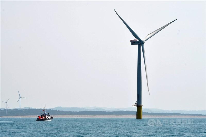 離岸風電區塊開發規則出爐,根據能源局草案,設定2026年至2035年總量15GW,並採兩階段釋出,選商標準為「先資格、後價格」模式。(中央社檔案照片)