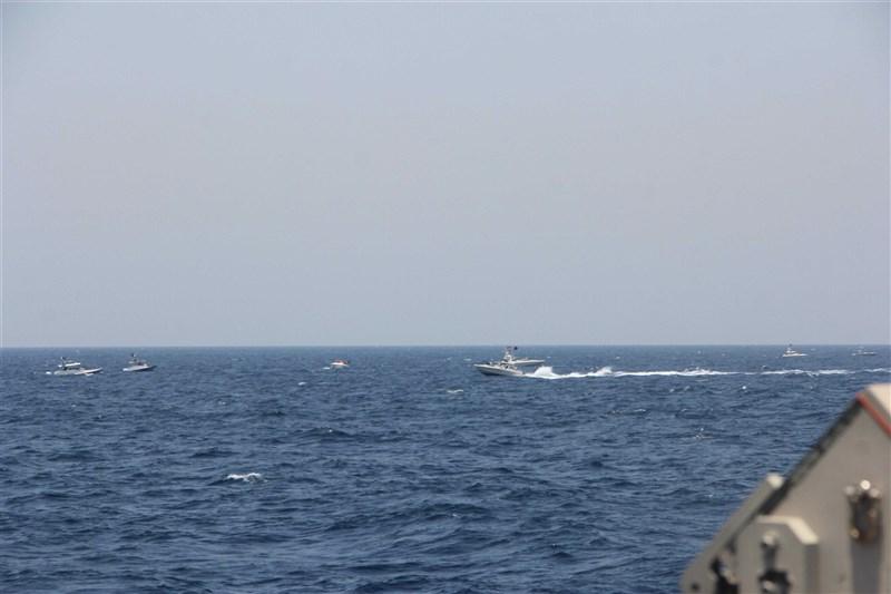 美國國防部表示,13艘伊朗海軍快艇在荷莫茲海峽逼近美國海岸防衛隊一艘緝私艇及其他海軍船艦,美軍警告射擊30發子彈。(圖取自美國海軍網頁navy.mil)