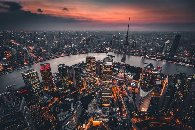 中國美國商會11日發表2021年度「美國企業在中國白皮書」,直指中國地方官員排擠外資企業。圖為上海一景。(圖取自Unsplash圖庫)