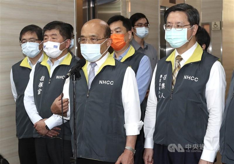 行政院長蘇貞昌(前右2)11日前往中央流行疫情指揮中心。蘇貞昌表示,台灣有新的狀況,呼籲大家該收心了。 中央社記者張皓安攝 110年5月11日