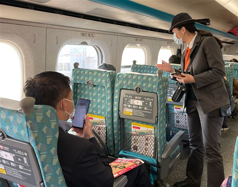 因應武漢肺炎疫情升級,交通部宣布,台鐵高鐵等交通運具,11日起禁止飲食、站票。(中央社檔案照片)