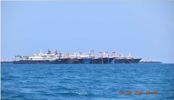 菲律賓參謀總長索貝哈那11日說,菲國規劃將中業島建為後勤樞紐,並在占據的地物上架設高解析度監控系統。圖為中國船隻持續集結於南海牛軛礁附近。(圖取自twitter.com/pcooglobalmedia)