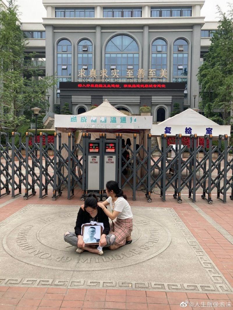 中國四川成都一名高中生母親節當天在校內墜樓身亡後,遭家長控訴疑點重重,但官方通報卻聲稱「基本判斷該生因個人問題輕生」,已引發一面倒質疑聲浪。(圖取自「四九中林同學媽媽」微博網頁weibo.com)