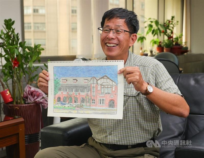 作家劉克襄(圖)新書「小站也有遠方」集結他10年來拜訪52處台灣鐵道車站的書寫,書中並同時收錄劉克襄母親的50多幅畫作。中央社記者謝佳璋攝 110年5月11日
