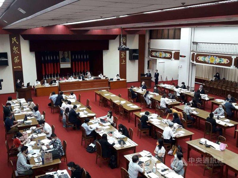 民進黨立委郭國文12日在財政委員會詢問,「現場列席所有官員,有打疫苗請舉手。」結果沒有人舉手。中央社記者范正祥攝  110年5月12日