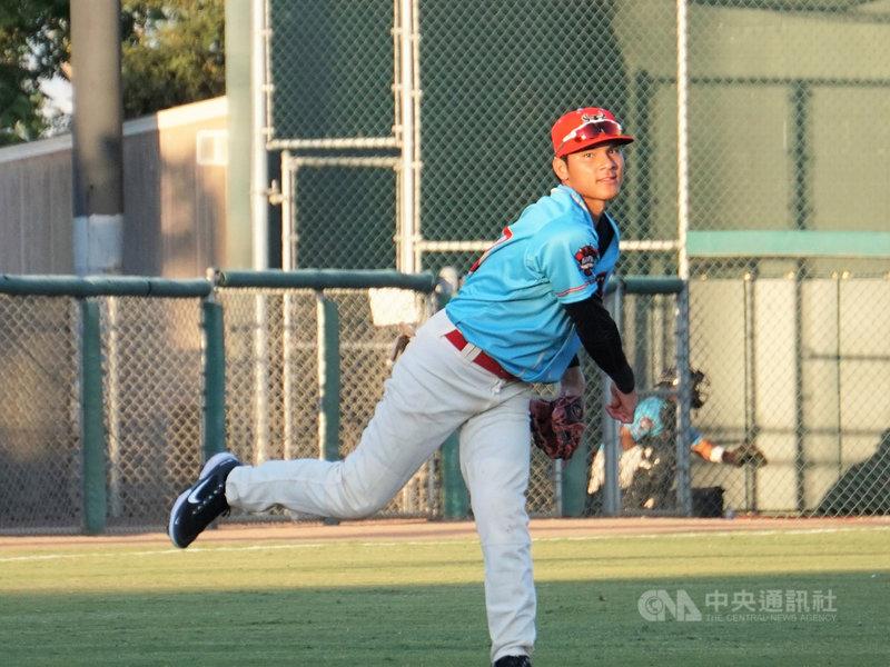 效力美國職棒響尾蛇低階1A的台灣球員陳聖平高中時代曾是又投又打的「二刀流」,但進入職業之後固定游擊、二壘位置。他說二刀流必須花更多的心力訓練,大谷翔平真的很猛。中央社記者林宏翰洛杉磯攝  110年5月12日