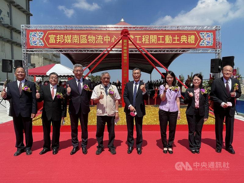 電商業者富邦媒在台南的南區儲配運輸物流中心12日舉行新建工程動土典禮,由富邦媒董事長林啓峰(右4)、總經理谷元宏(左3)主持。(富邦媒提供)中央社記者吳家豪傳真 110年5月12日