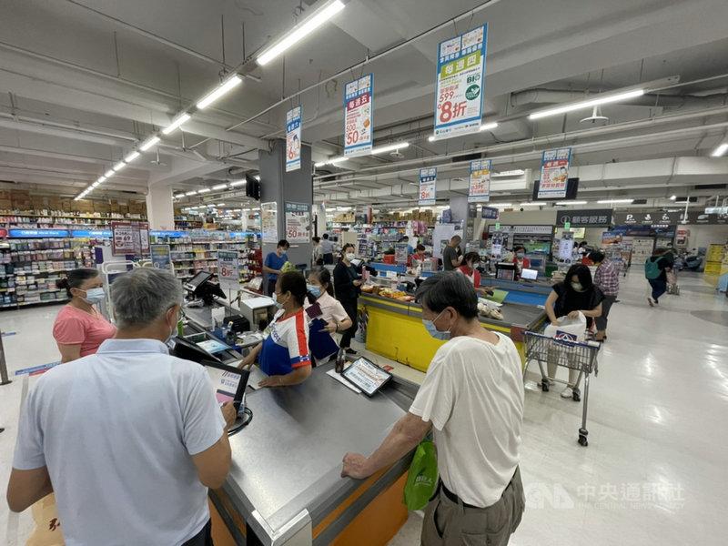 COVID-19本土疫情升溫,超市量販店開始出現購買防疫物資人潮。家樂福12日表示,實體店鋪人潮已超越假日人潮量,線上平台訂單量也持續攀升。(家樂福提供)中央社記者曾智怡傳真  110年5月12日