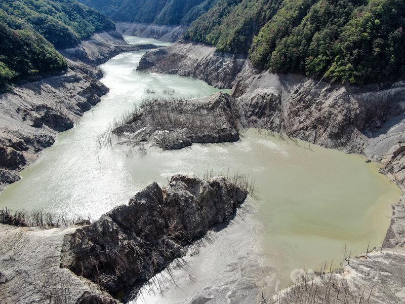 大甲溪發電廠12日表示,德基水庫蓄水率降至2.77%,水位1325.59公尺,目前進流量3cms,放水閘門11日晚間已關閉,停止放水。圖為5月德基水庫集水區多處河床裸露的情形。中央社記者王騰毅攝  110年5月12日