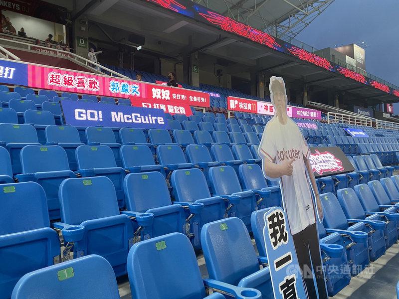 中職到6月8日為止的賽事改採閉門舉行,樂天桃猿晚間比賽首當其衝。桃猿領隊浦韋青表示,雖然反應時間很短,但還是趕快拿出假人及看板,讓球員知道仍有支持力量。中央社記者楊啟芳攝 110年5月12日