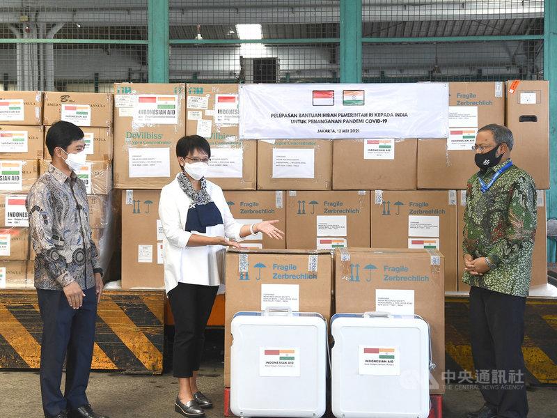 印尼12日以專機運送200台製氧機,協助印度抗疫。印尼外交部長勒特諾(中)在機場舉行捐贈儀式,印度駐印尼大使巴帝(右)表示感謝。(印尼外交部提供)中央社記者石秀娟雅加達傳真  110年5月12日