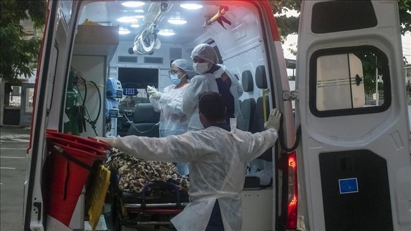 巴西克魯茲基金會基因組平台最新數據指出,COVID-19大流行以來,已有110種不同形式的新型冠狀病毒在巴西傳播。圖為配有呼吸器等設備的專門救護車載運重症患者。(安納杜魯新聞社)
