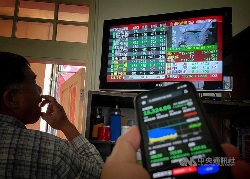 國內疫情升溫重創投資人信心,台股12日爆量重挫,包括盤中大跌1417.86點、盤中跌幅8.55%等都創下新紀錄。中央社記者王飛華攝 110年5月12日