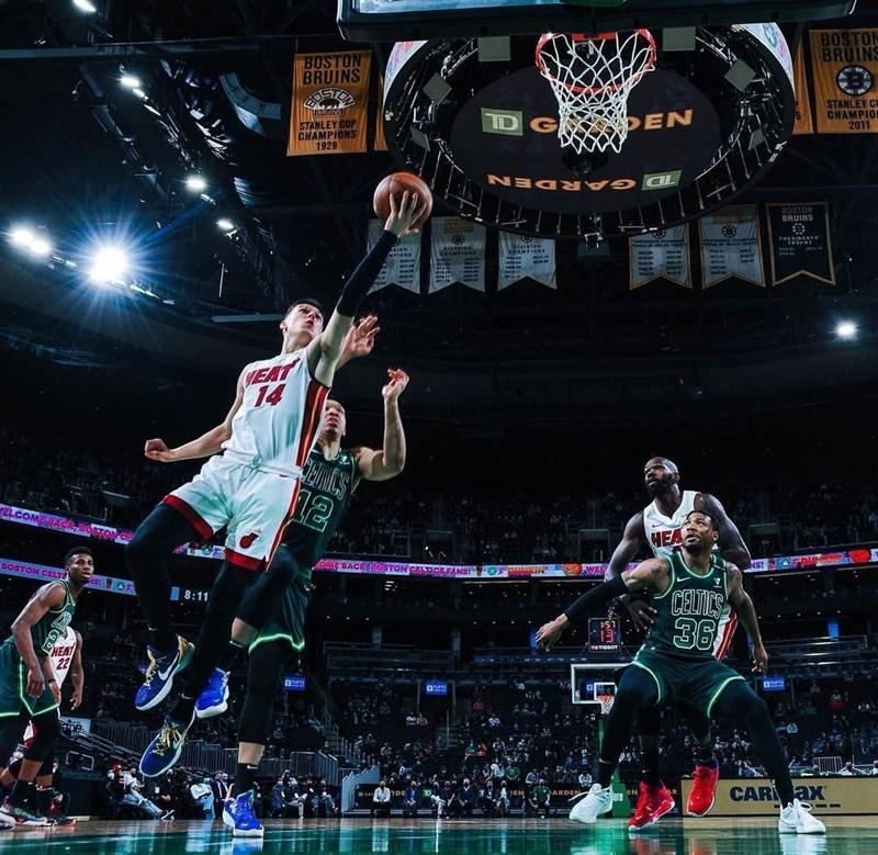 美國職籃NBA邁阿密熱火的赫洛(前左)12日從板凳殺出攻下24分,率隊擊敗波士頓塞爾蒂克,熱火確定6年內第4度闖進季後賽。(圖取自facebook.com/nolimitherro)