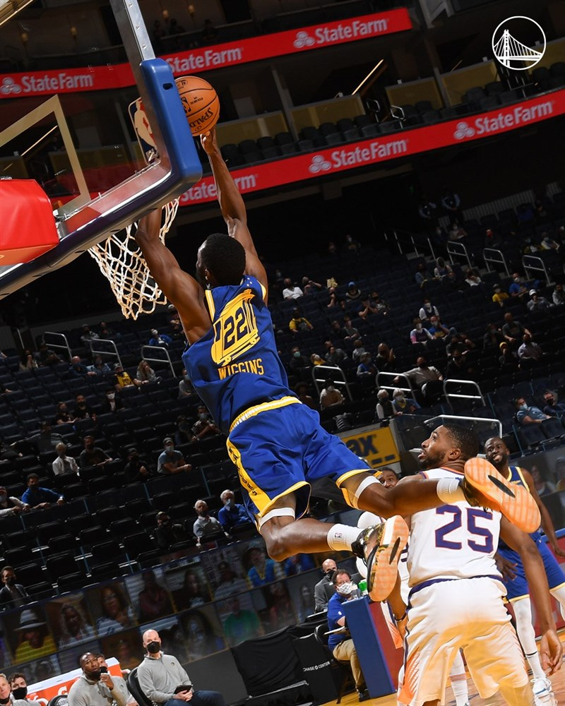 美國職籃NBA金州勇士11日在主場迎戰鳳凰城太陽,靠著魏金斯(灌籃者)、托斯卡納-安德森和波爾在終場前3分鐘內三分球連發,得以逆轉贏球。(圖取自twitter.com/warriors)