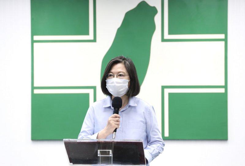 國內疫情升溫,總統兼民進黨主席蔡英文12日在民進黨中常會前發表談話,她表示,「團結防疫守台灣」,相信在大家通力合作之下,能再次度過這波疫情挑戰。中央社記者張皓安攝  110年5月12日