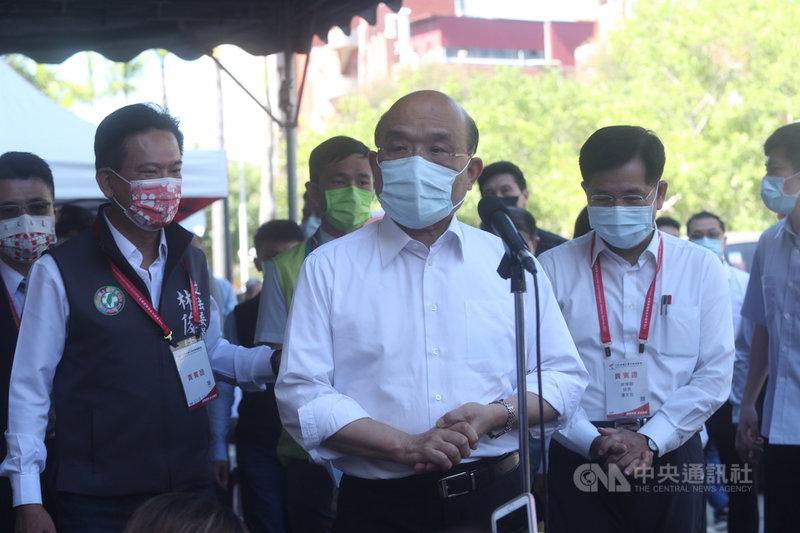 行政院長蘇貞昌(前中)12日下午在台南視察全大運防疫措施,並接受媒體聯訪。中央社記者吳家昇攝  110年5月12日