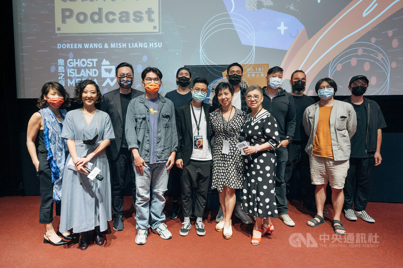 Podcast平台「鬼島之音」推出台灣首部紀錄片式Podcast「一年的告白」,11日在台北華山舉辦口碑試映會,主角Mish(前右)和Doreen(前右2)母女出席。(鬼島之音提供)中央社記者葉冠吟傳真  110年5月12日