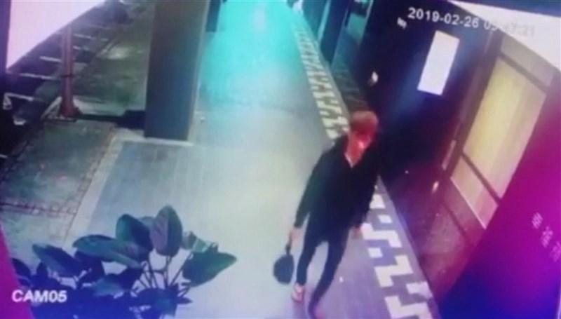 一對新加坡情侶涉嫌在台灣棄嬰後返回新加坡,新加坡警方11日證實兩人已遭逮捕。圖為2019年2月26日監視器畫面錄下涉嫌丟棄嬰屍的男子,當時右手拎著黑色塑膠袋。(翻攝畫面)中央社記者黃旭昇新北傳真 108年3月1日