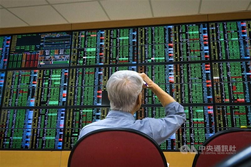 台股12日延續重挫走勢,盤中恐慌性賣壓不計價殺出摜破16000點關卡並一度摜破半年線。(中央社檔案照片)