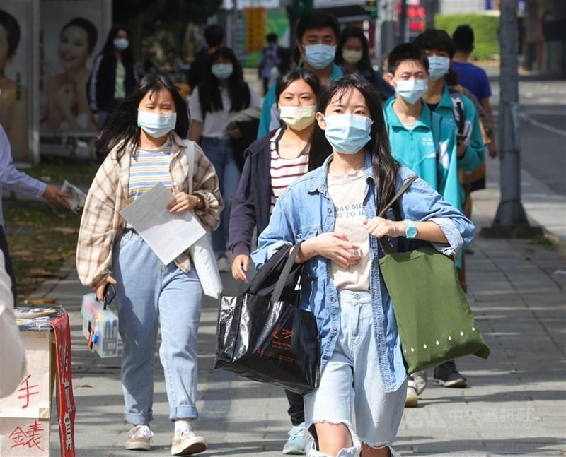 為防堵疫情擴散,各地方政府祭出多項新措施,希望一同度過疫情新挑戰。(中央社檔案照片)